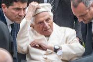 Benedicto XVI, este fin de semana, en su visita a la tumba de sus padres y de su hermana, en el cementerio de Ziegetsdorf.