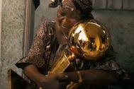 La abuela de Ibaka abraza el trofe de la NBA, en su casa del Congo.