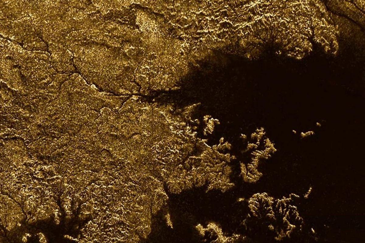 El río Vid Flumina desemboca en el Ligeia Mare cerca del polo norte de Titán.