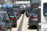 Fila de vehículos a la espera de tomar un ferry rumbo a Marruecos.