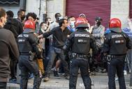 Miembros de la Ertzaintza realizan un cordón policial ante la presión de los grupos radicales durante un mitin de Vox en Bilbao.