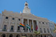 El Ayuntamiento de Cádiz, con la bandera multicolor con motivo de la celebración de la Semana del Orgullo.