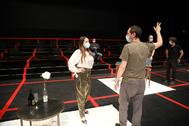 La soprano Ruth Iniesta y el responsable del concepto escénico de la producción, Leo Castaldi, en un momento del ensayo.