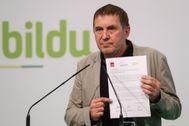 Otegi muestra el acuerdo alcanzado con PSOE y Podemos para eliminar la reforma laboral y aumentar los recursos fiscales de ayuntamientos y comunidades autónomas.