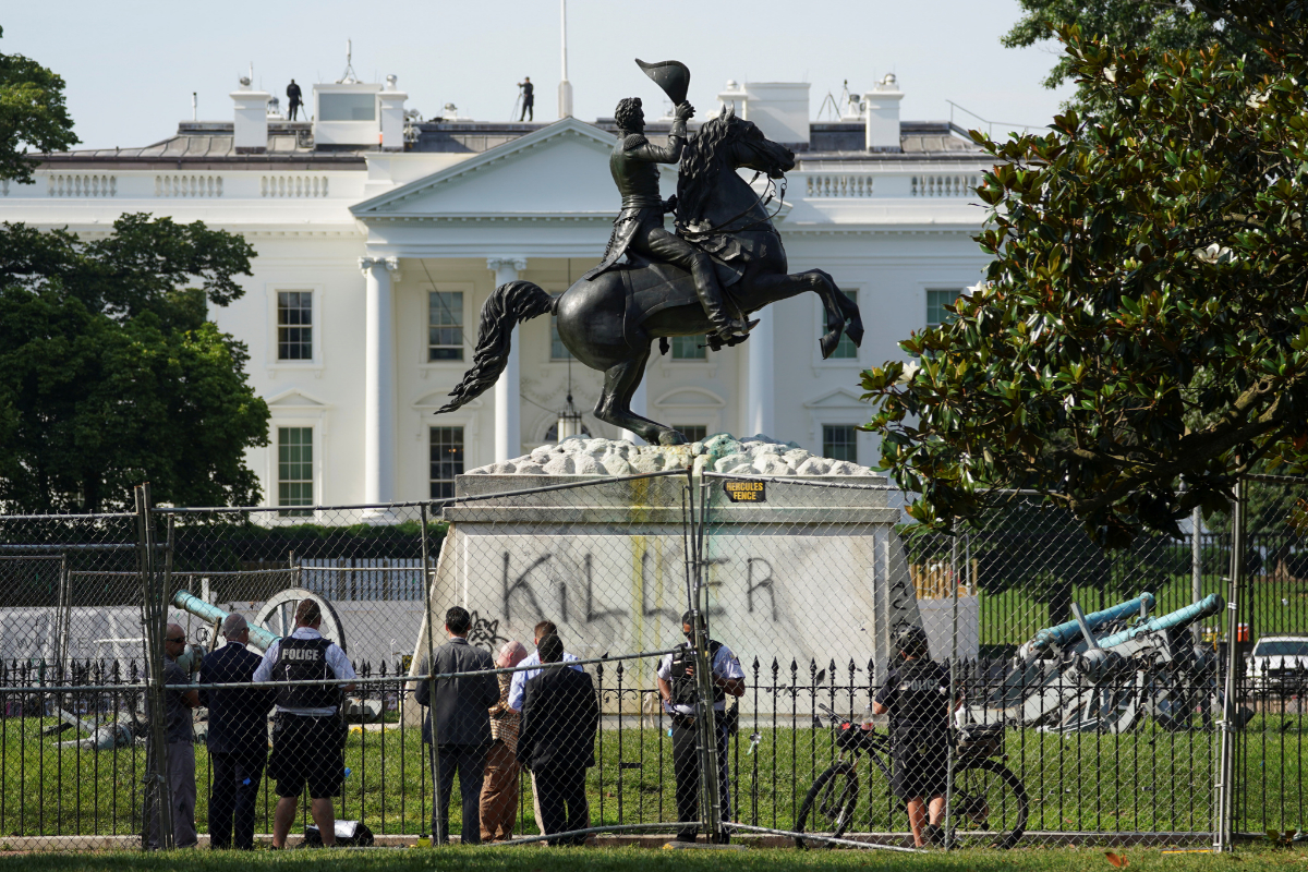 La estatua del expresidente Andrew Jackson frente a la Casa Blanca, en Washington.