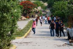 MEX3045. SAN MATEO DEL MAR (MÉXICO), 22/06/2020.- Residentes indígenas caminan este lunes en la comunidad Ikoots San Mateo del Mar (México). Al menos 15 personas fueron asesinadas la noche de este domingo en la comunidad indígena Ikoots San Mateo del Mar, en el estado mexicano de lt;HIT gt;Oaxaca lt;/HIT gt;, sur del país, denunciaron este lunes las autoridades locales.