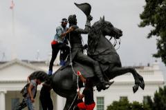 La violencia regresa a Washington mientras Trump amenaza con 10 años de prisión a quien vandalice estatuas