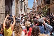 Celebración espontánea de la fiesta de San Juan en Ciutadella, Menorca.