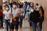 AME7748. BARRANQUILLA ( lt;HIT gt;COLOMBIA lt;/HIT gt;), 19/06/2020.- Fotografía fechada el 18 de junio de 2020 que muestra unas personas aglomeradas en Barranquilla ( lt;HIT gt;Colombia lt;/HIT gt;), una ciudad que con su vecina Cartagena suman los más altos índices de contagios y muertes por COVID-19 en la región caribe colombiana. Cartagena de Indias, meca del turismo en lt;HIT gt;Colombia lt;/HIT gt;, fue una de las primeras ciudades a las que llegó el coronavirus y hoy tiene de los números más elevados del país, con 5.356 contagiados y 214 muertos. Sin embargo, la situación más preocupante la vive Barranquilla, capital del vecino departamento del Atlántico, donde desde comienzos de junio se dispararon los contagiados, que hoy son 7.251, de los cuales 317 perdieron la vida, números solo superados por Bogotá, que tiene una población seis veces mayor.