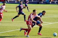 Marcos Llorente pugna con Vezo en el origen de la jugada de la que nace el gol del Atlético.