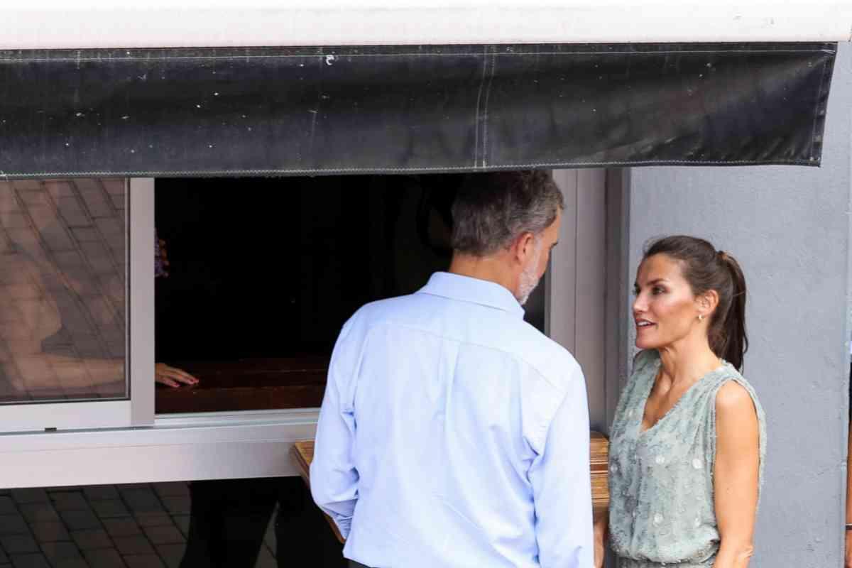Doña Letizia, mientras le dice al Rey que se apoye en la barra.