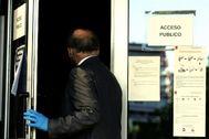 Un hombre entra en los juzgados de la Audiencia Provincial de Madrid.