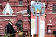 El presidente ruso, Vladimir Putin, habla desde un atril en la Plaza Roja.