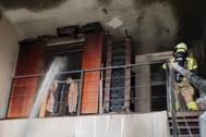 Un bombero, en la vivienda incendiada en Leganés.