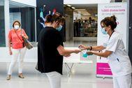 Una mujer se desinfecta las manos para impedir el contagio del coronavirus  al entrar en e Hospital Mateu Orfila de Mahón, en Menorca