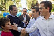 Iturgaiz charla con Feijóo mientras que Basagoiti bromea con un niño en un encuentro del PP vasco.