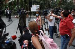 Varios comerciantes increpan al ministro Ábalos en Atocha por el cobro del alquiler de sus locales