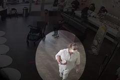 La mujer se bajó la mascarilla y tosió a un bebé hispano de un año.
