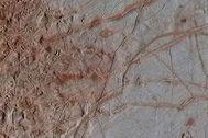 Esta imagen de la superficie de Europa tomada a finales de los 90 por la sonda Galileo ha sido procesada este año