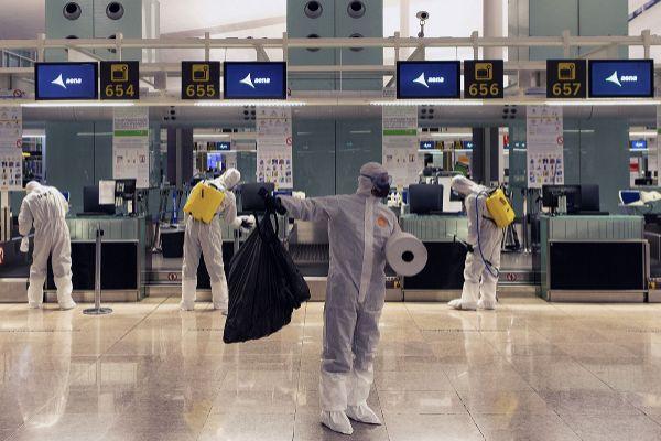 Efectivos de la Unidad Militar de Emergencias (UME) realizando labores de desinfección en el Aeropuerto del Prat, en Barcelona