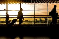 Pasajeros en tránsito en un aeropuerto andaluz.
