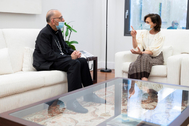 La vicepresidenta primera del Gobierno, Carmen Calvo, y el presidente de la Conferencia Episcopal, Juan José Omella, este miércoles, en La Moncloa.