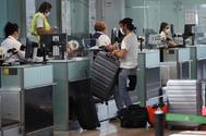 Turistas pasan un control en un aeropuerto