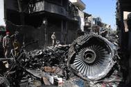 Restos del avión en una zona residencial de Karachi, días después del accidente.