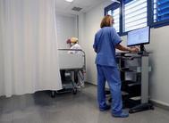 Una doctora revisa datos de pacientes en el centro de salud de Fraga (Huesca),