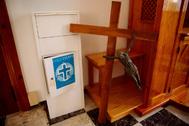 Punto para el reciclado de objetos religiosos en la parroquia de la Sagrada Familia de Málaga.