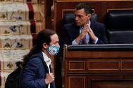 El vicepresidente segundo del Gobierno, Pablo Iglesias, pasa ante el presidente del mismo, Pedro Sánchez, en una sesión del Congreso.