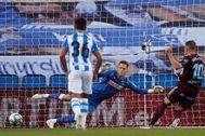 GRAF6505. SAN SEBASTIÁN. El delantero del Celta, Iago lt;HIT gt;Aspas lt;/HIT gt; (d), bate al portero de la Real Sociedad, Álex Remiro (c), para marcar el 0-1 desde el punto de penalti durante el encuentro correspondiente a la jornada 31 de LaLiga Santander disputado entre la Real Sociedad y el Celta de Vigo, este miércoles, en el Reale Arena de San Sebastián.