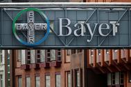 Logo de Bayer en la fábrica de la empresa en Wuppertal, Alemania.