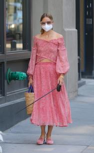 Falda midi fluida y camisa 'off-shoulders' a juego de Lucy Paris .