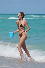 La modelo combina parte de arriba negra con braguita de animal print para sus vacaciones en Miami.
