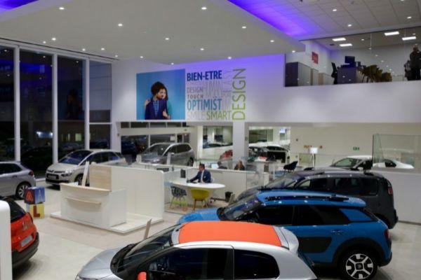 Varios coches expuestos en un concesionario.