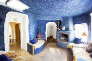 """Las casas cuevas en plena naturaleza se presentan como el <a href=""""https://www.elmundo.es/viajes/hoteles/2020/04/29/5ea6bc54fdddff26288b45fb.html"""" target=""""_blank"""">alojamiento anti-covid del verano</a> al ofrecer <strong>aislamiento</strong>, sostenibilidad y una temperatura perfecta sin necesidad de aire acondicionado, tan denostado en estos tiempos. Arrancamos la ruta por España con el complejo Las Yeseras, en Baza (Granada), que ofrece cuatro cuevas: <strong>Paraíso, Retama, Taral y Esparto</strong>. Los habitantes de estas <strong>antiguas grutas </strong>trabajaban el yeso, que aún se encuentra en el subsuelo. Un plus: su <strong>sauna de infrarrojo</strong> con lector de cd. Desde 176 euros la noche en temporada baja."""