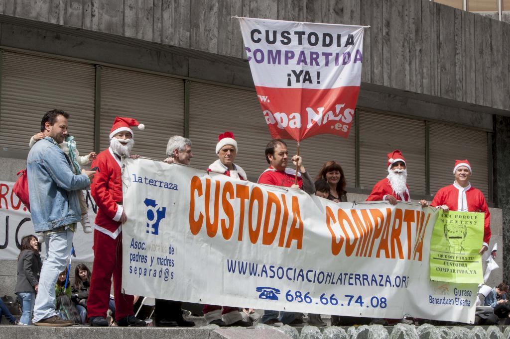 Protesta de una asociación de padres y madres separados a favor de la custodia compartida.