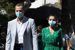 Felipe VI promociona el turismo visitando la 'zona cero' de la crisis balear