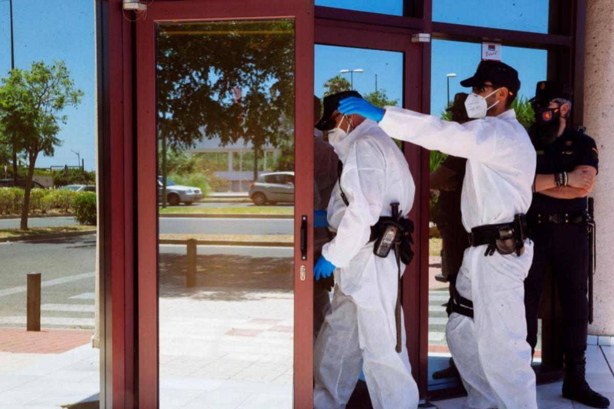 Los equipos de limpieza llegan al Centro de Acogida de Cruz Roja en Málaga, donde se ha detectado un rebrote de coronavirus