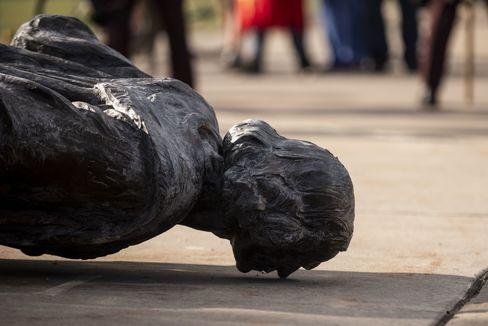 La estatua de Colón derribada en Minnesota, a 15 kilómetros del lugar donde ocurrió la muerte de George Floyd.