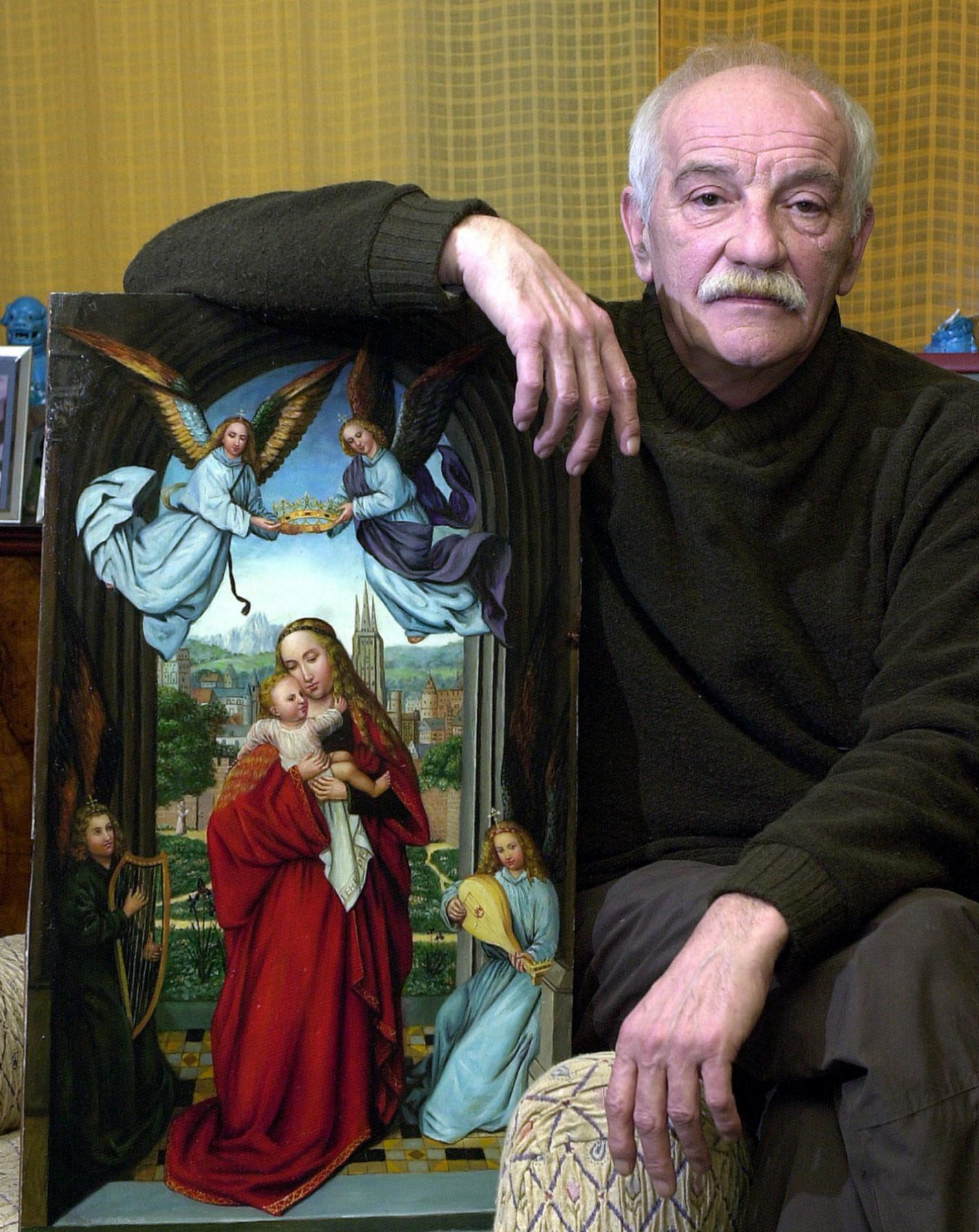El ladrón Erik el Belga delante de un cuadro de la virgen con niño hace algunos años.