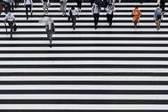 Un grupo de japoneses cruza el paso de cebra de Shinjuku, en Tokio.