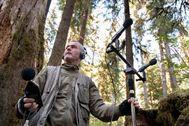 """El ecologista acústico Gordon Hempton midiendo los niveles de ruido en la """"pulgada"""" de silencio de la Olympic Mountains, en EEUU"""