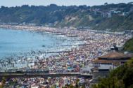 Miles de personas aprovechan la ola de calor en Reino Unido para acudir a la playa en Bournemouth, este jueves.