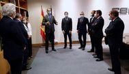 GRAF6413. MADRID.- El lt;HIT gt;rey lt;/HIT gt; Felipe VI (c) a su llegada junto con la vicepresidenta de Asuntos Económicos, Nadia Calviño (c-i) y el presidente de la lt;HIT gt;CEOE lt;/HIT gt;, Antonio Garamendi (c-d) a la sede de la lt;HIT gt;CEOE lt;/HIT gt; en Madrid este miércoles donde ha asumido las consecuencias negativas de la crisis provocada por la pandemia de coronavirus, pero ha animado a aprovechar la oportunidad que supone para avanzar en los cambios necesarios en la economía y para que los empresarios arriesguen y refuercen sus alianzas. Casa Real/  SÓLO USO EDITORIAL