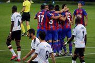 GRAF7274. lt;HIT gt;EIBAR lt;/HIT gt; (GIPUZKOA).- Los jugadores del lt;HIT gt;Eibar lt;/HIT gt; celebran el primer gol de su equipo, en propia puerta del centrocampista francés del Valencia Geoffrey Kondogbia (i) durante el partido de la jornada 31 de LaLiga Santander disputado este jueves en el estadio de Ipurúa de lt;HIT gt;Eibar lt;/HIT gt;.