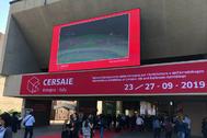 Profesionales del sector cerámico, entrando en el certamen italiano que se celebró en 2019.