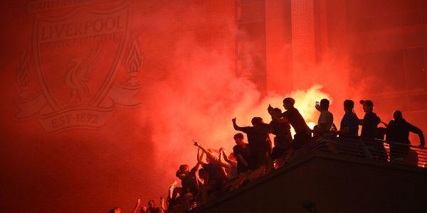 Hinchas 'reds' festejan el título en los alrededores de Anfield.