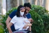Inés Arrimadas, su marido y el pequeño Álex, de paseo en Madrid.